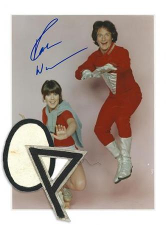 MORK & MINDY (1978 - 1982) - Orkan Egg Patch and Mork (Robin Williams) Signed Color Photograph